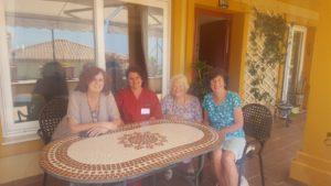 Anette tillsammans med Joan Hunt ( hö sida om Anette) och den sjuksköterska och läkare som blev först anställda på Cudeca